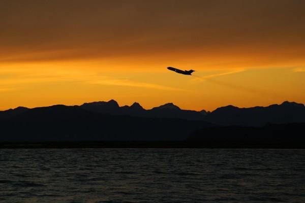 Avión en el cielo al amanecer