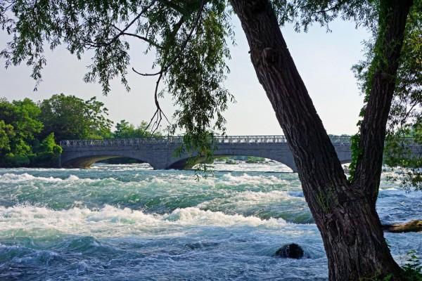 Puente sobre un río caudaloso