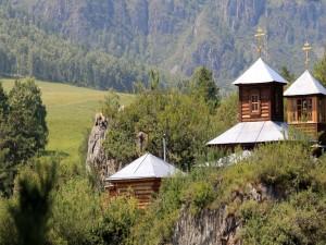 Monasterio de madera entre montañas