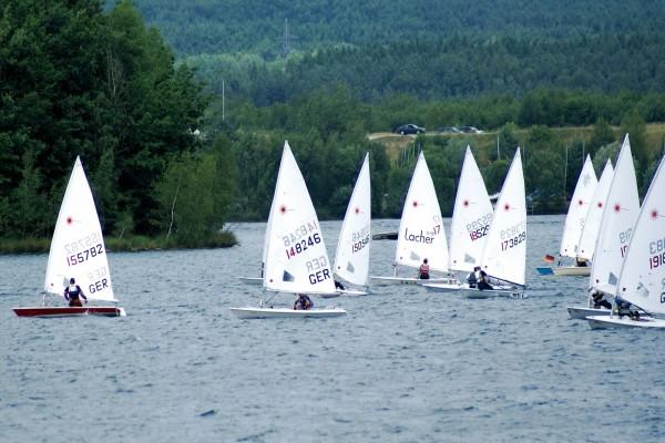 Regata con barcos de vela