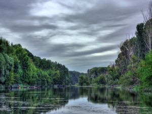 Nubes grises sobre un río