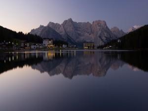 Postal: Casas con vistas a un lago