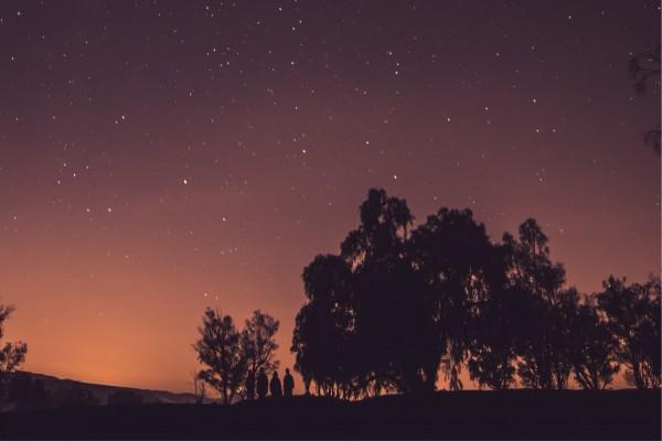 Caminando bajo un cielo estrellado