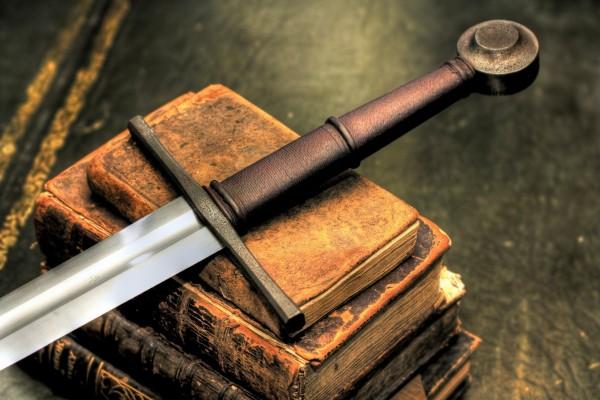 Espada sobre unos libros