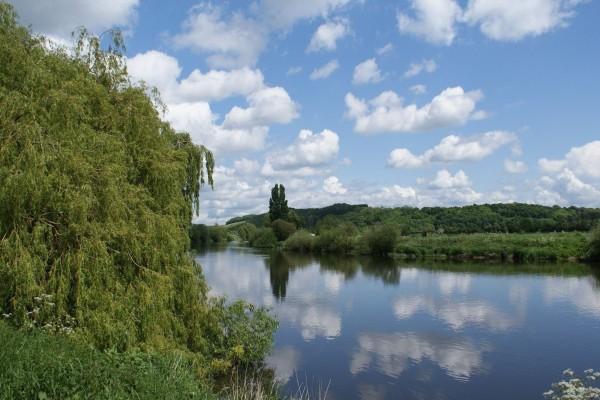 Nubes sobre las aguas de un río