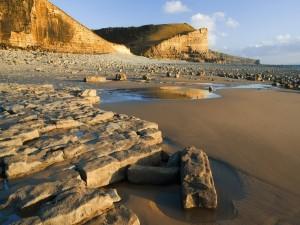 Grandes piedras sobre la arena de una playa