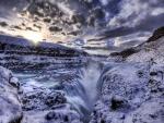 Agua y nieve cayendo en una grieta