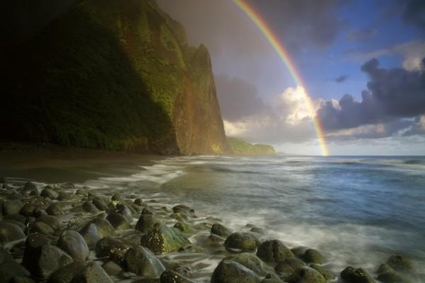 Arcoíris junto al acantilado