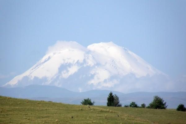 Admirando una montaña cubierta de nieve