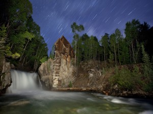 Postal: Admirando la lluvia de estrellas junto a un río