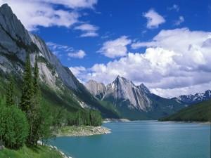 Postal: Montañas junto a un lago
