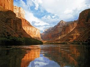 Nubes sobre el río y las montañas rocosas