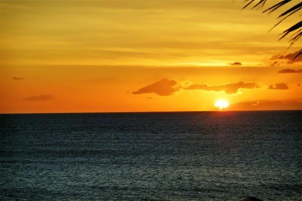 Bella puesta de sol sobre el mar