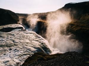 Admirando una gran cascada