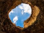Vista del cielo desde una cueva