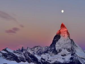 Luna sobre el monte Cervino al amanecer