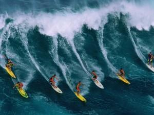 Chicos practicando surf