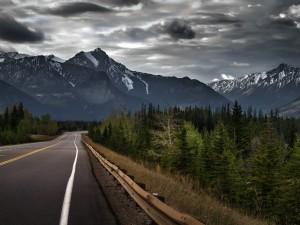 Nubes tormentosas sobre una carretera
