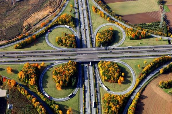 Árboles otoñales junto a un nudo de carreteras