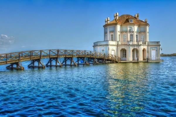 Puente y casa en el agua