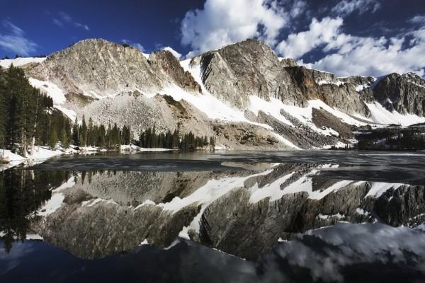 Montañas reflejadas en un frío lago