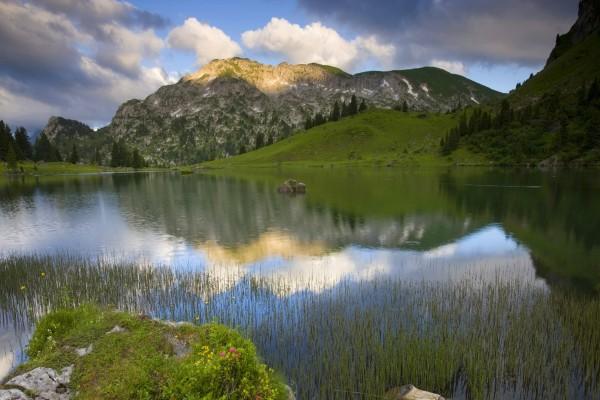 Un bonito lago entre montañas