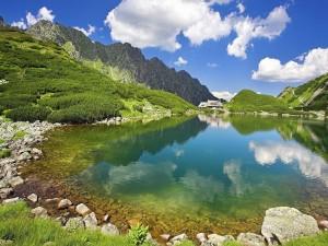 Postal: Casa junto a un pequeño lago