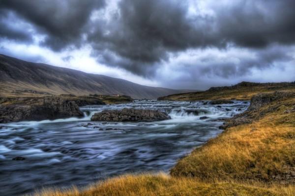Un río caudaloso visto al amanecer