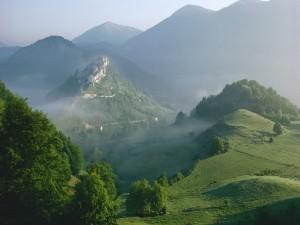 Niebla sobre un pueblo y las montañas