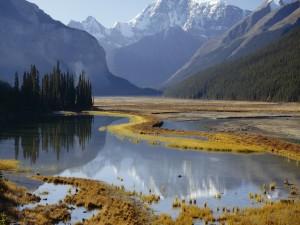 Agua bajo las montañas