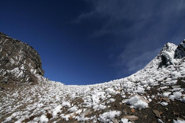 Hielo y piedras en la montaña