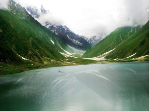 Postal: Navegando por un hermoso lago