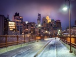Puente iluminado en una noche fría (Minnesota)