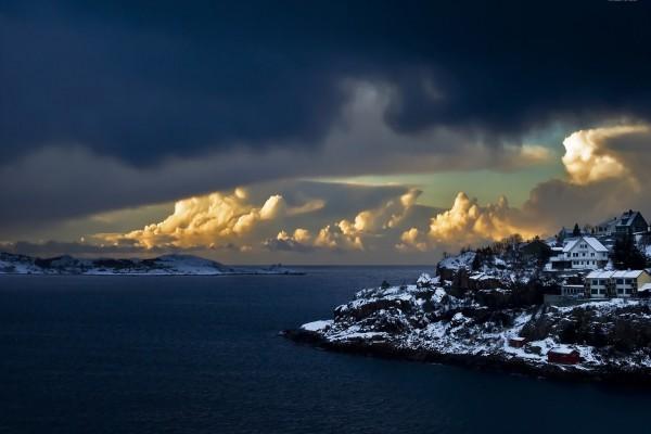Pequeña ciudad en la costa noruega