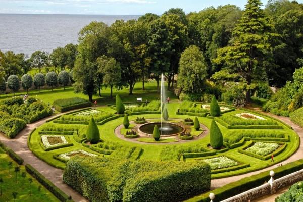 Bello jardín junto a la costa