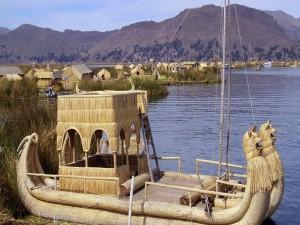 Interesante embarcación en el lago Titicaca