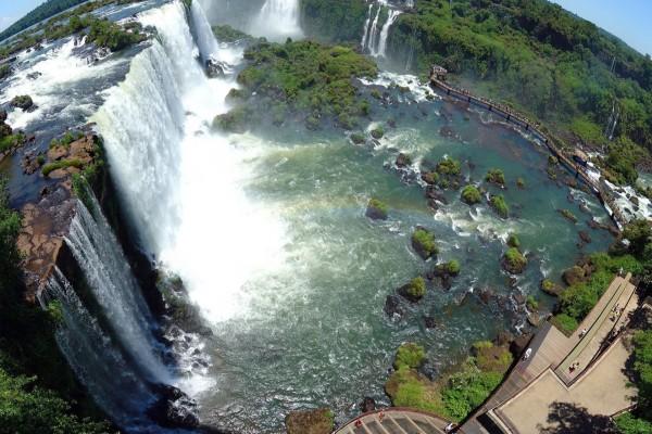 Observando las maravillosas cataratas del Iguazú