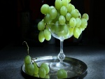 Uvas verdes en un recipiente