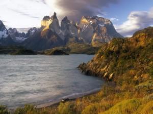 Hermosas vistas desde la orilla de un lago