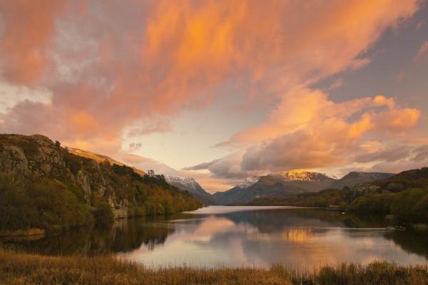 Bonito amanecer sobre un lago y montañas