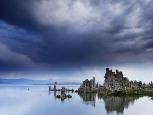 Postal: Formaciones rocosas en un lago
