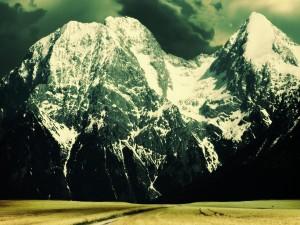 Campo bajo las grandes montañas
