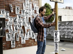 Pegando carteles de gente desaparecida
