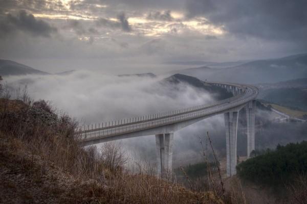 Carretera por encima de las nubes