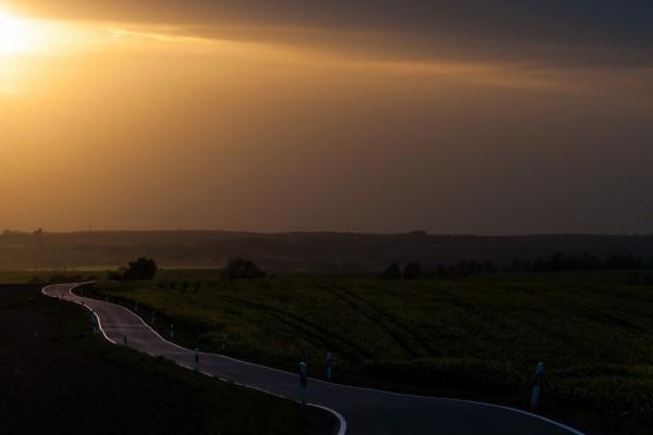Oscuridad en una carretera al atardecer