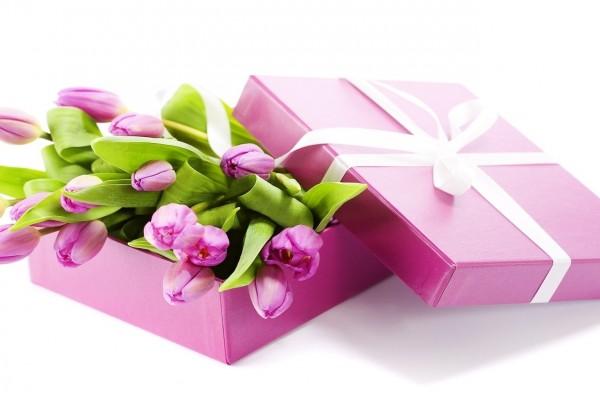 Hermosos tulipanes rosas en una caja