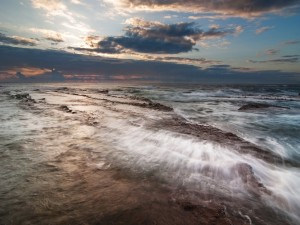 Postal: Rocas cubiertas de agua marina