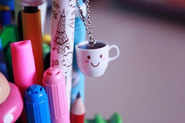 Una linda taza colgada de un lapicero