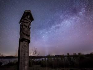 Postal: Estatua bajo un hermoso cielo estrellado