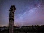 Estatua bajo un hermoso cielo estrellado